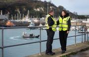 Staatssekretärin Caroline Nokes im Gespräch mit einem Grenzschutzbeamten im Hafen von Dover. (Bild: Victoria Jones/AP (29. Dezember 2018))