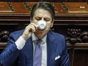 Endlich Zeit für einen Caffè. Der italienische Regierungschef Giuseppe Conte kann sich nach gewonnener Budget-Schlacht im Parlament zurücklehnen. (Bild: KEYSTONE/EPA ANSA/FABIO FRUSTACI)
