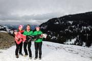 Annina Zberg wird von ihren Eltern Angelika (links) und Vater Leo sowie der Schwester Silja (rechts) im Swiss- Jugend-Langlauflager auf Händen getragen. (Bild: Fabian Scheuber/PD (Glaubenberg, 30. Dezember 2018))