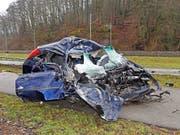 Frontal in einen Lastwagen gekracht: Die Autolenkerin wurde mit unbestimmten Verletzungen ins Spital gefahren. (Bild: Polizei Schaffhausen)