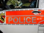 Die Berner Kantonspolizei hat nach einer Verfolgungsjagd in Biel zwei mutmassliche Einbrecher festgenommen. Der 18-jährige Mann und die um zwei Jahre ältere Frau hatten sich auch durch eine Schuss in den Reifen ihres Autos nicht von der Flucht abbringen lassen. (Bild: KEYSTONE/PETER KLAUNZER)