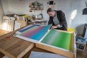 Bernard Tagwerker zeigt Papierarbeiten, die er aus seinem Kunst-am-Bau-Projekt für die Schulanlage Botsberg in Flawil 1999 entwickelt hat. (Bild: Hanspeter Schiess, 28.11.2018)