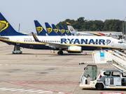 Beim Billigflieger Ryanair ist ein Pilotenstreik in Deutschland abgewendet. Die deutschen Piloten haben sich mit der Airline auf Eckwerte für einen Tarifvertrag geeinigt. (Bild: KEYSTONE/EPA/STEPHANIE LECOCQ)