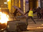 Der französische Präsident Emmanuel Macron will den «Gelbwesten» mit einem Massnahmenpaket entgegenkommen. Am Wochenende hatte es bei Protesten grosse Sachschäden gegeben. (Foto: Claude Paris/AP) (Bild: KEYSTONE/AP/CLAUDE PARIS)