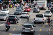 Dichter Verkehr auf der Luzerner Seebrücke. Bypass und Spange Nord sollen die Innenstadt entlasten. (Bild Alexandra Wey/Keystone)