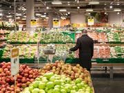 Die Konsumentenpreise sind im November leicht gesunken: ein Mann geht bei Coop shoppen (Symbolbild). (Bild: KEYSTONE/CHRISTIAN BEUTLER)