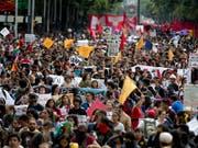 Demonstranten verlangen die Aufklärung des Verschwindens von 43 jungen Studenten des Lehrerseminars in Ayotzinapapa. Der neue mexikanische Präsident Andres Manuel Lopez Obrador hat nun eine Untersuchungskommission eingerichtet. (Foto:Eduardo Verdugo/AP) (Bild: KEYSTONE/AP/EDUARDO VERDUGO)