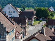 In der Zürcher Gemeinde Rheinau sieht es nicht gut aus für den Versuch mit dem bedingungslosen Grundeinkommen: Bis zur Geld-Sammel-Deadline kamen lediglich rund 150'000 Franken zusammen, angestrebt wurden 6,1 Millionen Franken. (Bild: KEYSTONE/CHRISTIAN BEUTLER)