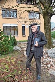 Paul von Wyl vor dem früheren Bezirksgemeindehaus in seiner Heimat. (Bild: Romano Cuonz (Kägiswil, 30. November 2018))