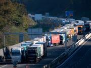 Lastwagen blockieren die Grenze zwischen Frankreich und Spanien. Lastwagenfahrer sollen in Zukunft in der ganzen EU gleiche Löhne erhalten. (Foto: Bob Edme/AP) (Bild: KEYSTONE/AP/BOB EDME)