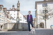 Karin Keller-Sutter mit Hund Picasso in der Altstadt von Wil (Bild: Urs Bucher)