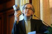 SP-Kantonsrat Peter Gubser demonstriert die Kosten des Museumsneubaus mit 185 Hunderternoten. (Bild: Nana do Carmo)