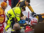 EVZ-Stürmer Carl Klingberg wurde in Langnau mit der Bahre vom Eis geführt (Bild: KEYSTONE/MARCEL BIERI)