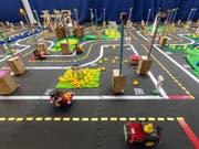 Mithilfe künstlicher Intelligenz sollen Mini-Taxis autonom und unfallfrei durch die Modellstadt Duckietown steuern. (Bild: Alessandro Della Bella / ETH Zürich)