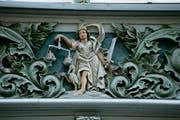 Die Justitia an einer Hausfassade.
