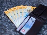 Die Teuerung ist in der Schweiz im November weniger gestiegen als befürchtet. Die Menschen können sich deshalb mehr leisten. (Bild: KEYSTONE/CHRISTIAN MERZ)
