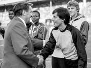 Res Brügger, 1982 Direktor von «Weltklasse Zürich», heisst Sebastian Coe im Letzigrund willkommen. (Bild: KEYSTONE/STR)