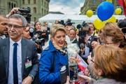 Die frisch gewählte Bundesrätin Karin Keller-Sutter auf Tuchfühlung mit der Bevölkerung auf dem Bundesplatz. (Bild: Benjamin Manser)