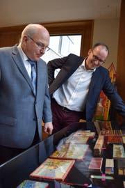 Hanspeter Schaffner (links) und Lucas Keel bestaunen einen Teil der Sammlung. (Bilder: Tobias Söldi)