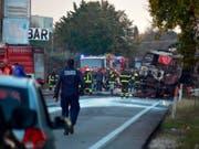 Bei der Explosion an einer Tankstelle in Italien sind zwei Menschen ums Leben gekommen - rechts der Tankwagen, der Feuer gefangen hatte und daraufhin explodierte. (Bild: KEYSTONE/AP ANSA/EMILIANO GRILLOTTI)