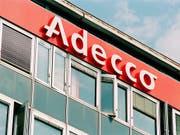 Logo und Gebaeude der Stellenvermittlungsfirma Adecco in Lausanne, aufgenommen am 18. August 1999. (KEYSTONE/Fabrice Coffrini) (Bild: KEYSTONE/FABRICE COFFRINI)