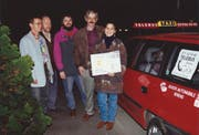 Franz Baumann (zweiter von rechts) mit der ersten Telebus-Kundin im Jahr 1994. Bild: PD