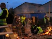 «Gelbwesten» in Le Mans im Nordwesten Frankreichs: Sie protestieren gegen Steuererhöhungen auf Benzin und Diesel. (Bild: KEYSTONE/AP/DAVID VINCENT)