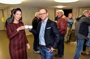 Hoch die Tassen! Die scheidende Finanzvorsteherin Ariana Brühwiler und Schulpräsident Linus Köppel stossen mit Glühmost auf Brühwilers letztes Budget an. (Bild: Christoph Heer)