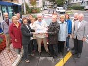 2004 erhielt der Telebus den Umweltpreis der Gemeinde Kriens. In der Mitte ist Franz Baumann zu sehen, links von ihm der heutige Gemeindepräsident Cyrill Wiget und alt Gemeinderätin Verena Funk-Nyfeler. Bild: PD