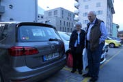 Margrit und Klaus Peter Acker vor ihrem Auto mit Uristier-Aufkleber und dem Kennzeichen «BB UR 6468». (Bild: Carmen Epp (Altdorf, 9. Oktober 2018))