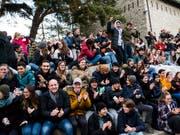 Live auf Grossleinwand: Schülerinnen und Schüler des Kollegiums Spiritus Sanctus in Brig verfolgten die Wahl von Viola Amherd. (Bild: KEYSTONE/JEAN-CHRISTOPHE BOTT)