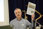 Schulpräsident Christoph Stäheli macht an der Versammlung auf die Publikation der Volksschulgemeinde Region Sulgen aufmerksam. (Bild: Georg Stelzner)