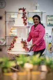 In der Tortenwerkstatt: Shiranthi Masillamoni präsentiert eine neunstöckige Hochzeitstorte. (Bild: Reto Martin)