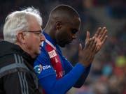Basels Eder Balanta verlässt den Platz verletzt, begleitet vom Mannschaftsarzt Felix Marti. (Bild: KEYSTONE/GEORGIOS KEFALAS)