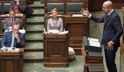Premierminister Charles Michel sprich im Parlament – Abgeordnete der N-VA hören zu. (Bild: Benoit Doppagne/AFP; Brüssel, 22. November 2018)