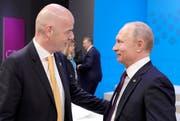 Fifa-Präsident Gianni Infantino (links) spricht mit Russlands Präsident Wladimir Putin am G20-Gipfel in Buenos Aires. (Bild Klimentyev, Sputnik, Kremlin Pool/AP, 1. Dezember 2018)