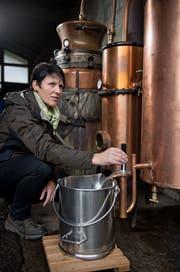 Helen Schallberger misst den Alkoholgehalt eines Destillats. (Bild: Corinne Glanzmann, Lungern, 4. Dezember 2018)