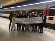 Die Frauen-Gruppe aus Wil präsentiert auf dem Weg nach Bern stolz ihr Plakat für Karin Keller-Sutter. (Bild: Lara Wüest)