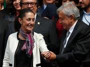Die erste gewählte Bürgermeisterin von Mexiko-Stadt, Claudia Sheinbaum, freut sich gemeinsam mit dem mexikanischen Präsidenten Manuel López Obrador über ihren Amtsantritt. (Bild: KEYSTONE/AP/MOISES CASTILLO)
