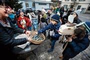 Für die Primarschüler, die durchs Dorf zogen, gab es «Schoggi-Stängeli». (Bild: Stefan Kaiser (Unterägeri, 5. Dezember 2018))