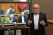 Alt Ständeratspräsident Hansheiri Inderkum gibt beim Public Viewing in Altdorf Erläuterungen zu den Bundesratswahlen ab. (Bild: Urs Hanhart, 5. Dezember 2018)