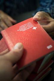 Nicht mehr ganz so viele Migranten wollen den Schweizer Pass. (Bild: Michel Canonica)