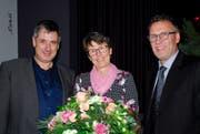 Peter Steiner (links) und Reto Stäheli ehrten Käthi Stäheli, die im kommenden Jahr in Pension geht. (Bild: Kurt Peter)