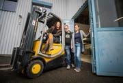 Gruppenbild mit Simone Walter (rechts) von der vermietenden Firma Eichmann: John und Veronika Dierauer vor der Industriehalle, in der sie künftig leben und arbeiten werden. (Bild: Reto Martin)