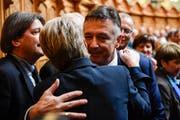 Der unterlegene Bundesratskandidat Hans Wicki gratuliert Karin Keller-Sutter zu ihrer Wahl. (Bild: Anthony Anex/Keystone)