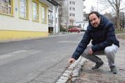 Matthias Gehring, Gemeindepräsident von Hauptwil-Gottshaus, zeigt schadhafte Stellen auf der Oberdorfstrasse in Hauptwil. (Bild: Georg Stelzner)