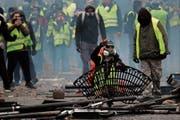 «Gelbwesten»-Demonstranten blockieren die Champs-Élysées in Paris. (Bild: Yoan Valat/EPA (1. Dezember 2018))