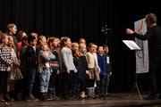 An der awa-Eröffnung singen die Kinder vom Schulhaus Mühlebach neue Weihnachtslieder und schauen – die einen mehr, die anderen weniger aufmerksam – auf ihren Dirigenten Martin Seiterle. (Bilder: Manuel Nagel)