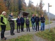 Jagdverwalter Cyrill Kesseli (2. v.l.) erklärt den Teilnehmern die Situation des Wildtierkorridors beim Restaurant Zollhaus in Giswil. (Bild: PD)