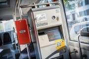 Ein Ticketautomat in einem Kreuzlinger Stadtbus. Kunden sollen bald von günstigeren Preisen profitieren. (Bild: Andrea Stalder)